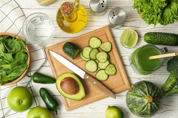 Concetto di cucina insalata sulla tavola di legno