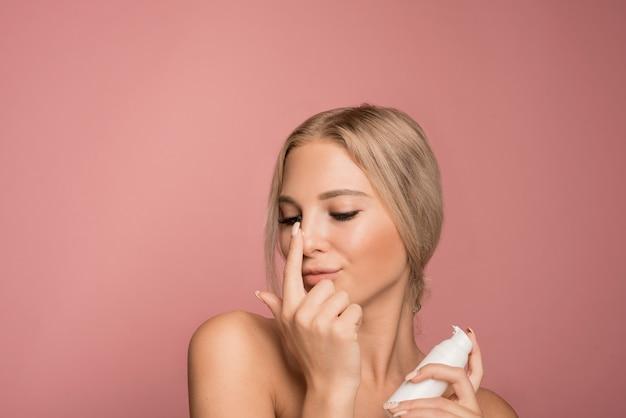 Concetto di cura della pelle con una bella donna