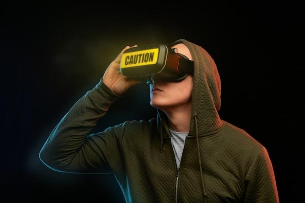 Concetto di cyber lunedì. uomo con gli occhiali vr