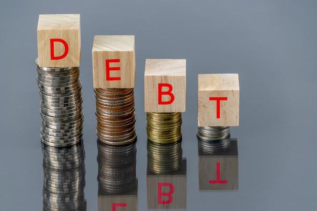 Concetto di debito del testo cubo in legno