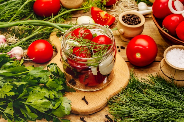 Concetto di decapaggio di verdure. processo di cottura, spezie, erbe fresche profumate