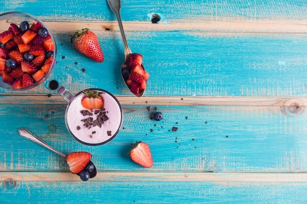 Concetto di delizioso frullato di fragole