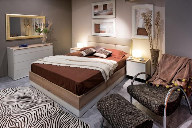 Concetto di design camera da letto con letto alto e sedia