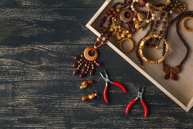 Concetto di design, perle artigianali sul tavolo per hobby