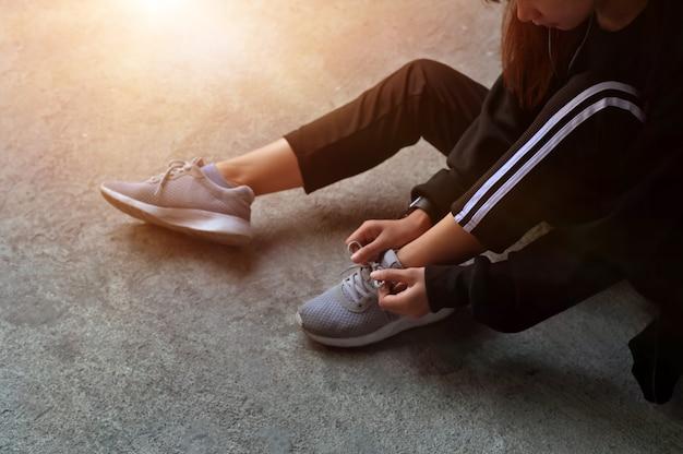 Concetto di dieta allenamento, corridore cercando scarpe da corsa si preparano per la corsa.