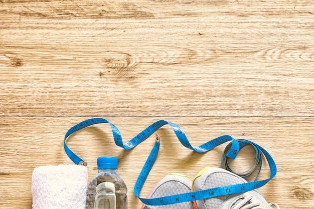 Concetto di dieta allenamento piatto ray con attrezzature per il fitness e misura del nastro