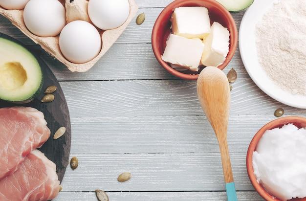 Concetto di dieta chetogenica, cibo dietetico sul tavolo luminoso
