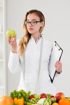 Concetto di dieta con scienziato femminile e cibo sano