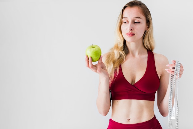 Concetto di dieta con sport donna e cibo sano