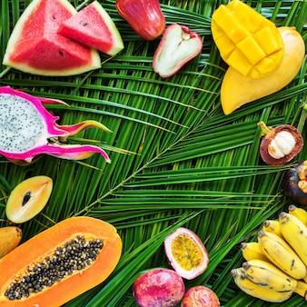 Concetto di dieta di cibo crudo di frutti tropicali