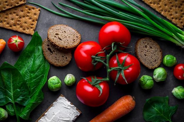 Concetto di dieta e nutrizione. verdure mature per cucinare piatti sani e freschi. cibo pulito e bilanciato con fibre e stile di vita sano. fitness mangiare e mangiare bene