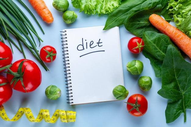 Concetto di dieta e nutrizione. verdure per cucinare piatti sani. fitness, fibre alimentari e mangiare bene. copia spazio. programma dietetico e diario di controllo