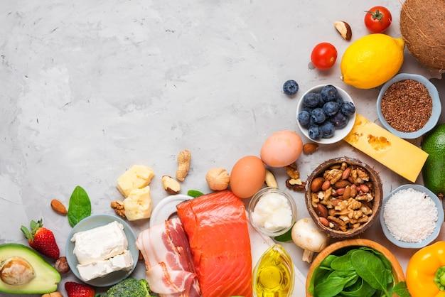 Concetto di dieta keto. alimenti dietetici chetogenici. alimenti a basso contenuto di carboidrati bilanciati. verdure, pesce, carne, formaggio, noci