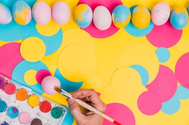 Concetto di dipingere le uova di pasqua
