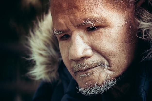 Concetto di diritti umani, vecchio uomo di povertà, ritratto di uomo povero