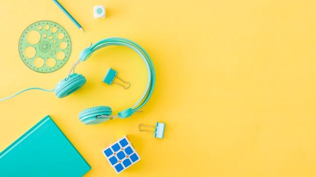 Concetto di dispositivi colorati e attrezzature scolastiche