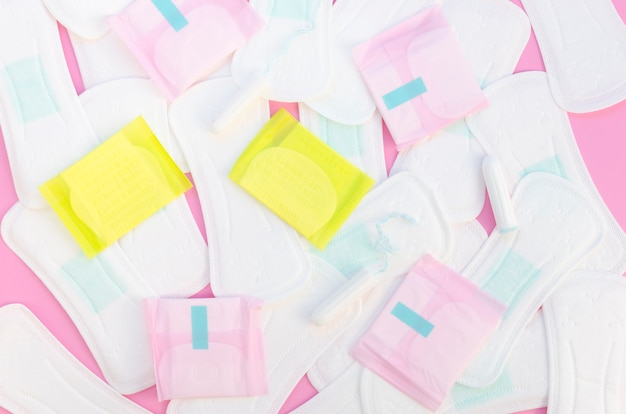 Concetto di disposizione piana degli asciugamani sanitari