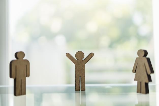 Concetto di distanza sociale per la malattia di coronavirus 2019 (covid-19). figura di legno dell'icona della donna e dell'uomo che sta con la distanza alle altre persone sulla tavola con lo spazio della copia.