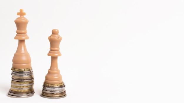 Concetto di disuguaglianza del re e della regina dei pezzi degli scacchi con lo spazio della copia