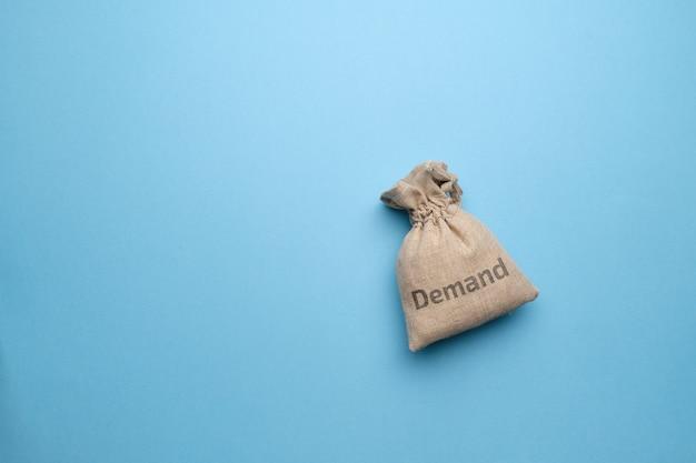 Concetto di domanda di beni e servizi in un sacchetto di stoffa