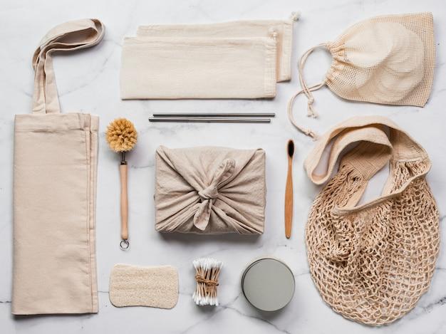 Concetto di doni zero rifiuti. confezione regalo in tessuto, eco bag e utensili da cucina accoglienti
