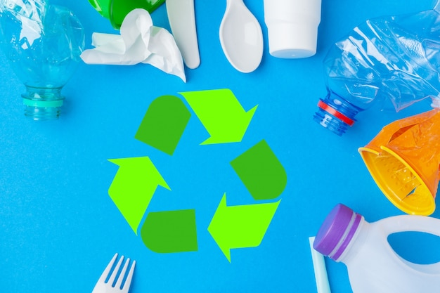 Concetto di eco con il riciclaggio del simbolo sulla vista del piano d'appoggio