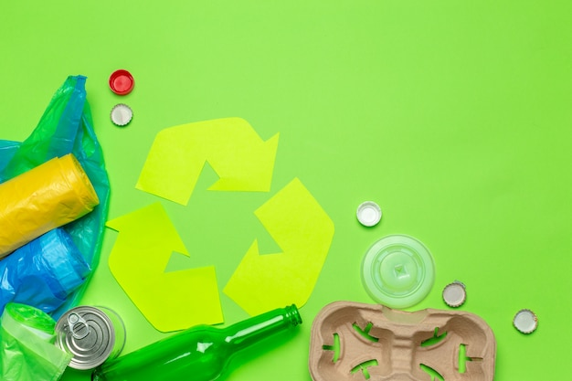 Concetto di eco con il simbolo di riciclaggio sulla vista superiore del fondo della tavola