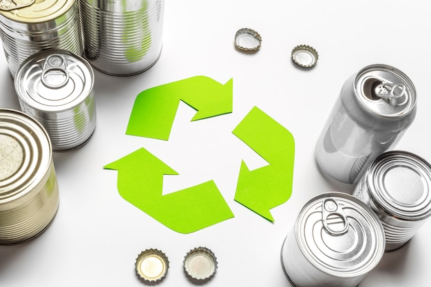Concetto di eco con il simbolo di riciclaggio sulla vista superiore tavolo