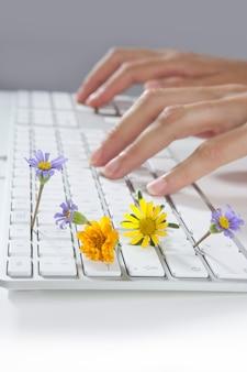 Concetto di ecologia delle mani della donna che digitano tastiera