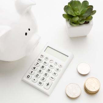 Concetto di economia con il primo piano del porcellino salvadanaio