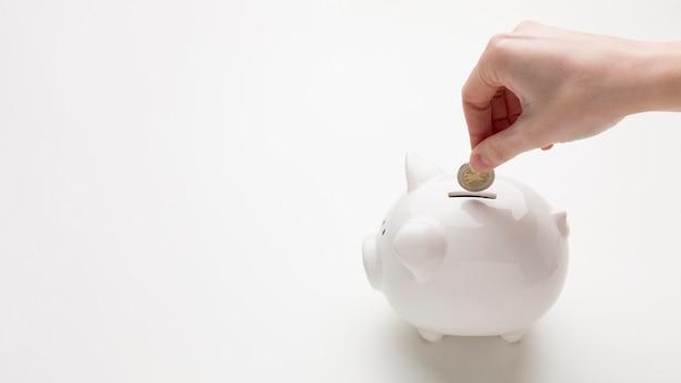 Concetto di economia con salvadanaio e denaro