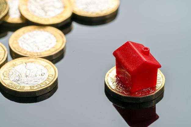Concetto di edilizia abitativa con monete