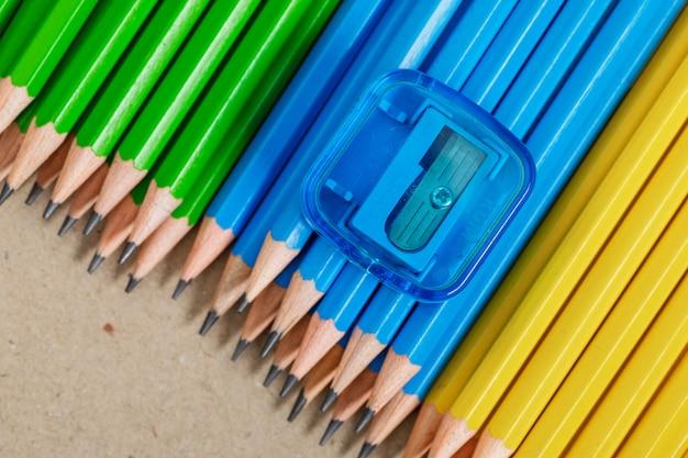 Concetto di educazione con matite, temperamatite su carta.
