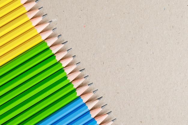Concetto di educazione e pittura con normali matite su carta.
