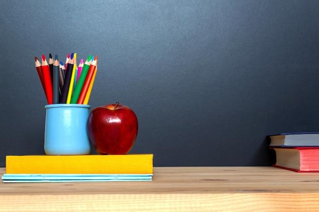Concetto di educazione. pensils colorati su sfondo di lavagna.