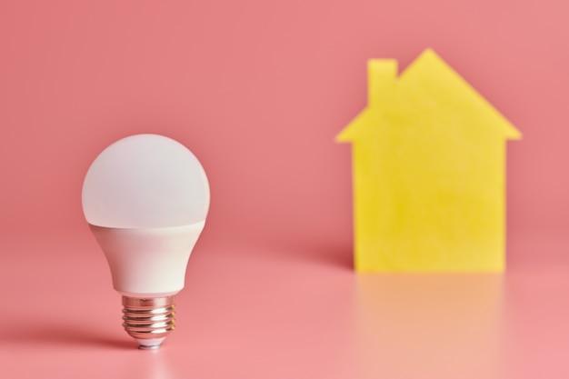 Concetto di elettrificazione della casa. lampadina a risparmio energetico. nuova idea per rinnovamento, riparazione e rinnovamento domestici.