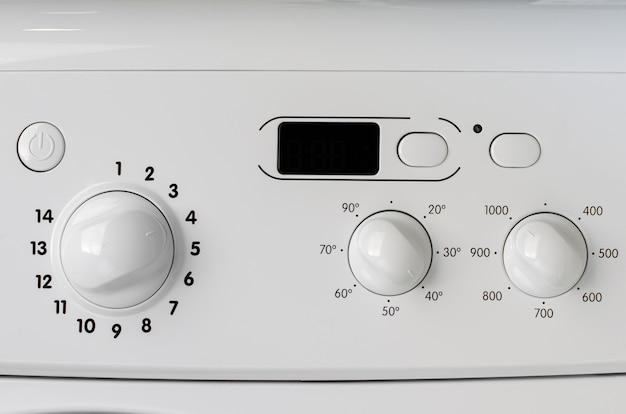 Concetto di elettrodomestici. una parte del pannello di controllo della lavatrice.