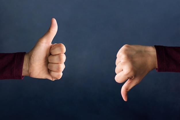 Concetto di esperienza del cliente, le mani del cliente mostrano segno eccellente e cattivo