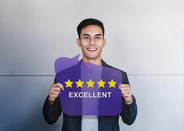 Concetto di esperienze del cliente. cliente felice che mostra una valutazione di cinque stelle e una revisione positiva