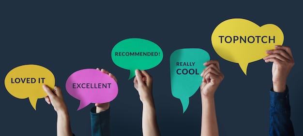 Concetto di esperienze del cliente. il gruppo di persone felici ha alzato la mano per dare una recensione positiva sulla scheda a fumetto. sondaggi sulla soddisfazione del cliente.