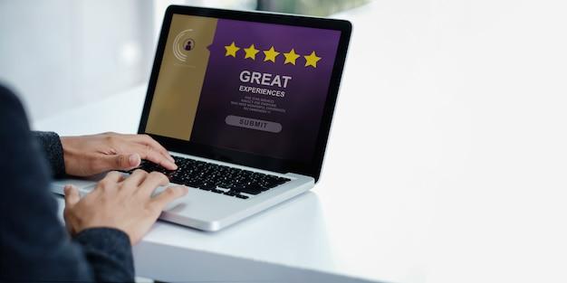 Concetto di esperienze del cliente. uomo d'affari moderno che dà una valutazione di cinque stelle e una revisione positiva