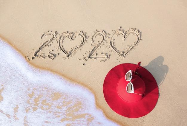 Concetto di estate con cappello, occhiali da sole sulla spiaggia di sabbia. pattaya, tailandia.