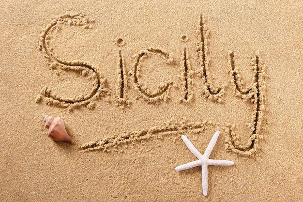 Concetto di estate del messaggio di scrittura della spiaggia della sicilia