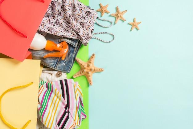 Concetto di estate di sacchetti colorati pieni di vestiti.