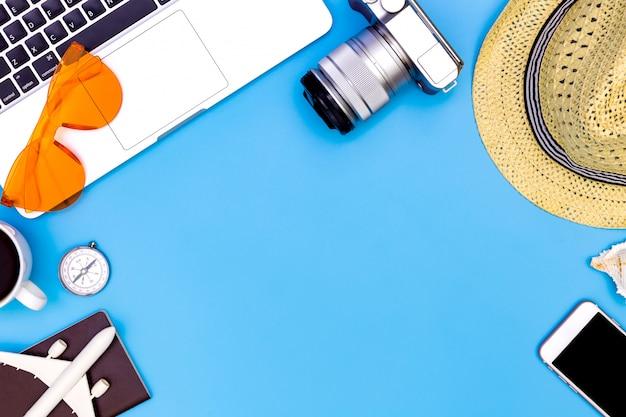 Concetto di estate su priorità bassa blu con il computer portatile