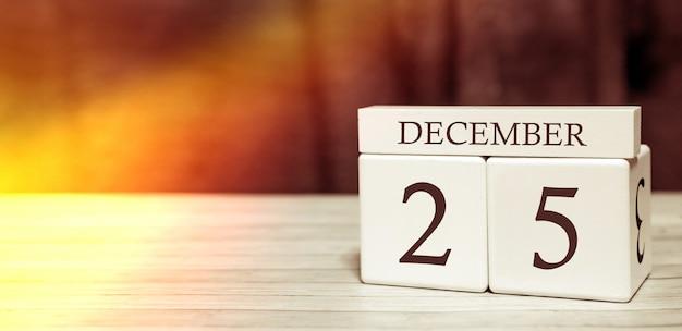 Concetto di evento promemoria del calendario. cubi di legno con numeri e mese il 25 dicembre