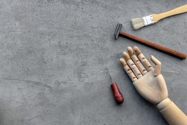 Concetto di fai da te. set di attrezzi artigianali su cemento