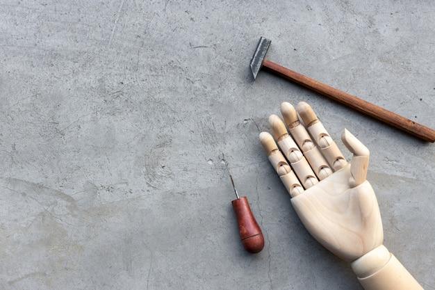 Concetto di fai da te. set di strumenti artigianali su sfondo di cemento. vista dall'alto