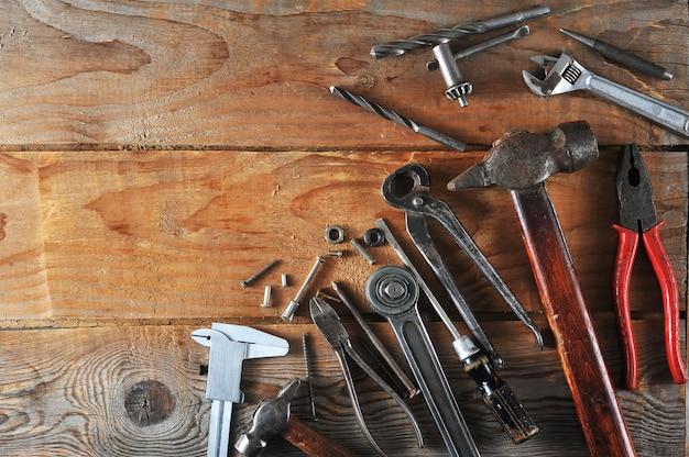 Concetto di festa del lavoro molti strumenti di lavoro a portata di mano
