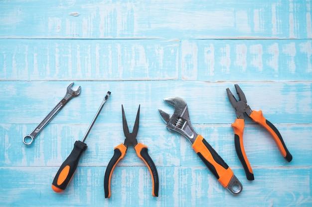 Concetto di festa del lavoro. strumenti di costruzione su superficie di legno blu.